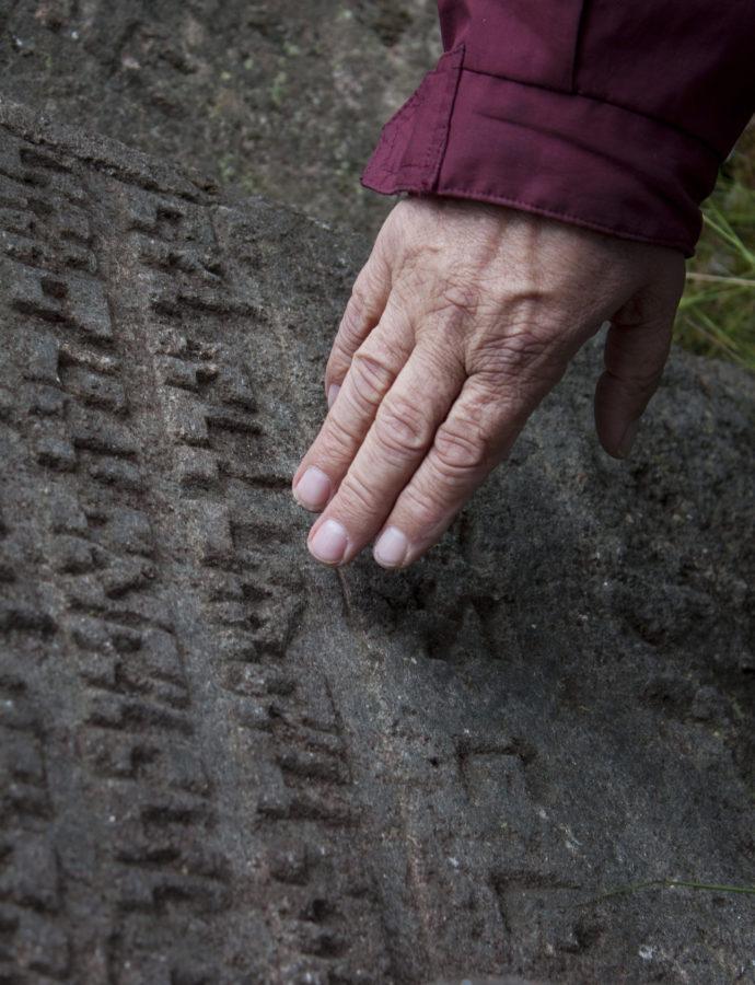 Texty na náhrobcích se čtou zprava doleva