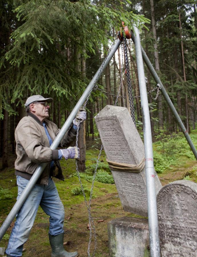 Dobrovolníci obnovují a dokumentují hřbitovy